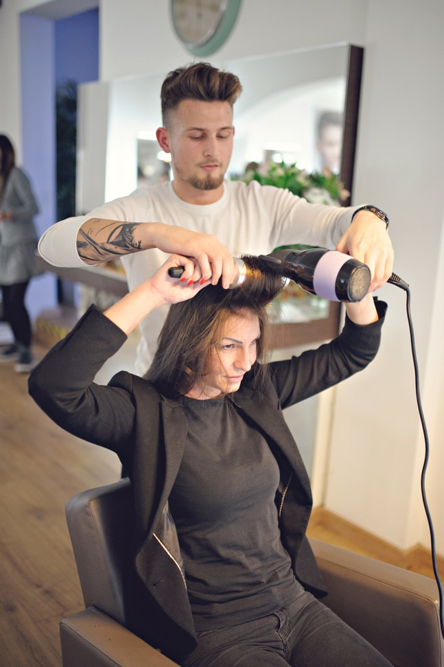 Stylizacja włosów długich prostych z pomocą fryzjera.