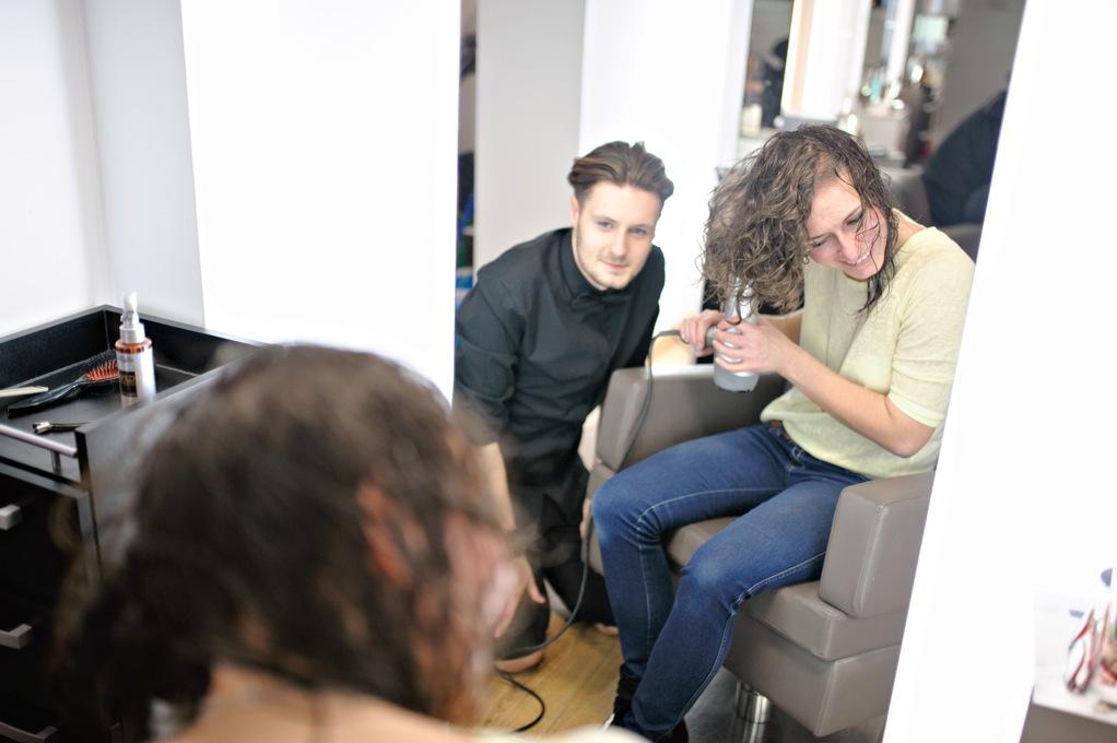 Konsultacje fryzjerskie ze stylistą.