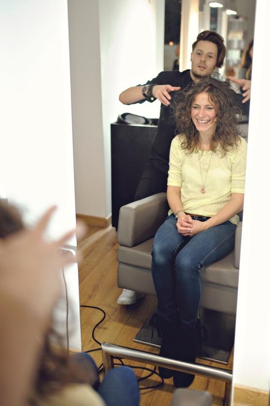 Stylizacja włosów długich kręconych.