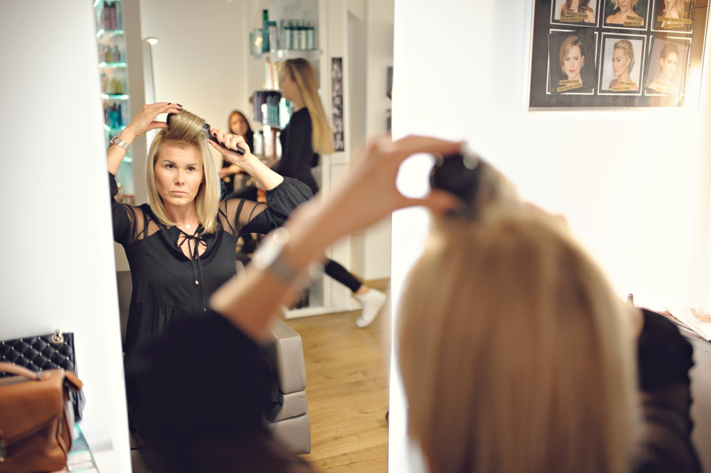 Modelowanie włosów blond.