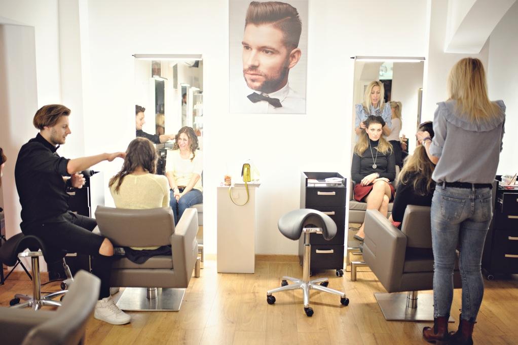 Nauka samodzielnej stylizacji włosów u fryzjera w Poznaniu.