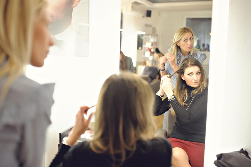 Fryzjer z Poznania uczy czesać swoich klientów.