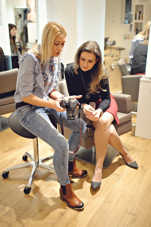 Konsultacje podczas warsztatów fryzjerskich.